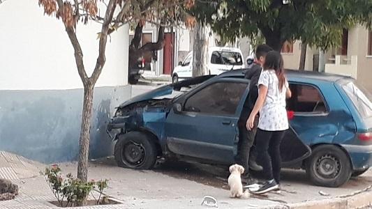Fuerte choque de 2 autos: Uno dio de frente contra una casa