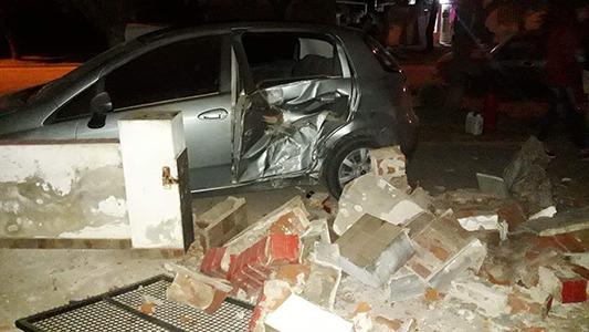 Dos accidentes: Por perder el control, chocaron contra un auto, un poste y una casilla de gas