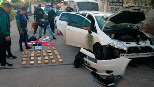 Escapó y abandonó el auto con más de 17 kilos de droga adentro