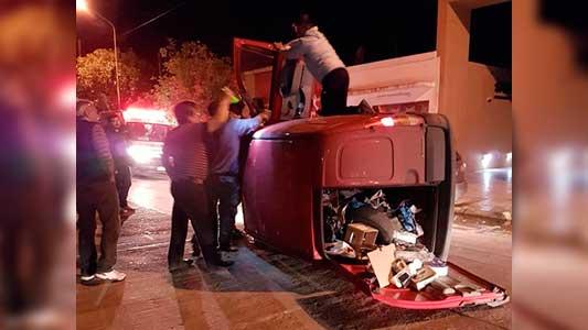 Vuelco en barrio Ameghino: Utilitario quedó tumbado y el conductor herido