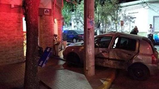 En fuerte choque entre dos autos había un policía involucrado