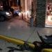 Fuerte choque entre dos autos: uno casi termina dentro de un local