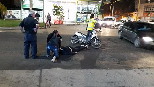 Chocó contra una camioneta en el bulevar y cayó herido