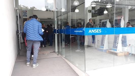 Abrazo en defensa de ANSES: Trabajadores aseguran que la situación afecta a todos