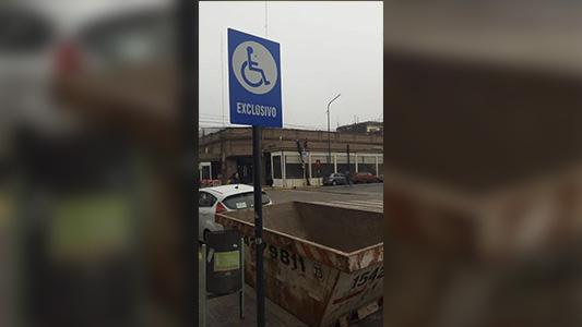 Mala conducta: Estacionaron contenedor en lugar para personas con discapacidad