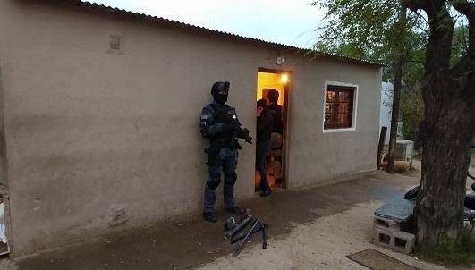 Sociedad narco entre vecinos: Madre, hijo y otro hombre se turnaban para vender droga