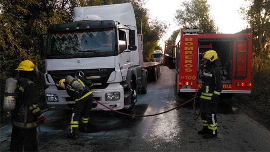 Se incendió un camión en Ruta 2: Bomberos trabajan en el lugar