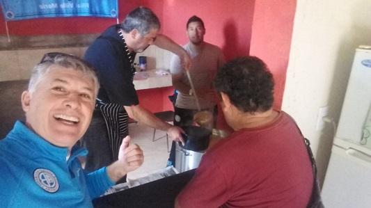 Piratas cocinaron locro solidario para merendero de barrio Las Playas