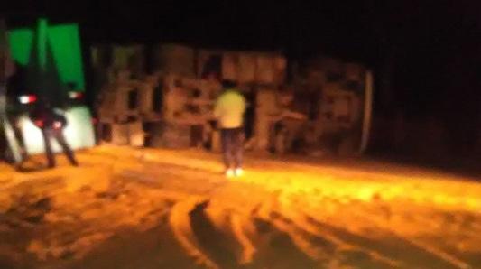 Volcó camión en ruta 9: tránsito obstruido por el vehículo