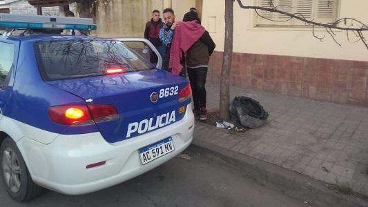 Estafaban a comerciantes comprando con cheques denunciados como robados: 2 detenidos