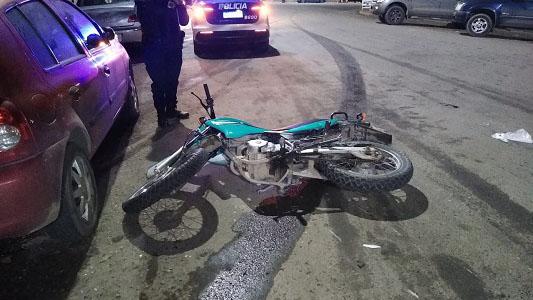 Joven motociclista sufrió grave fractura al chocar con un auto que se fugó