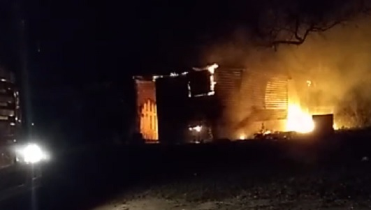 Incendio en un casilla cerca del río y humo en un colectivo