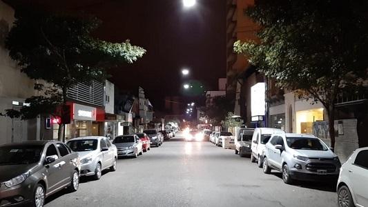 Dos calles céntricas se ven más blancas por las nuevas luces Led