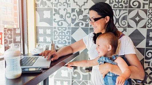 Ellas van al frente: Estudiantes y mamas, emprenden para manejar su tiempo y tener ingresos