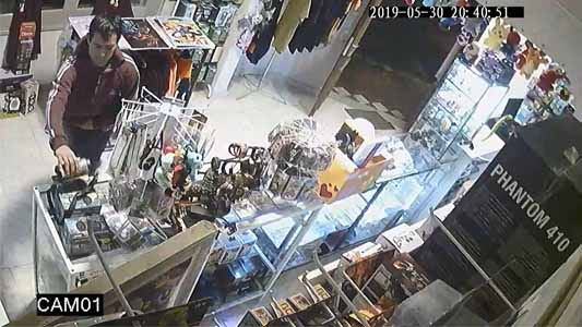 VIDEO: Entró a un local a ofrecer un celular pero antes robó un parlante