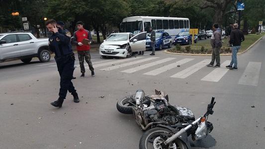 El accidente de cada día: moto y auto chocaron frente al Concejo