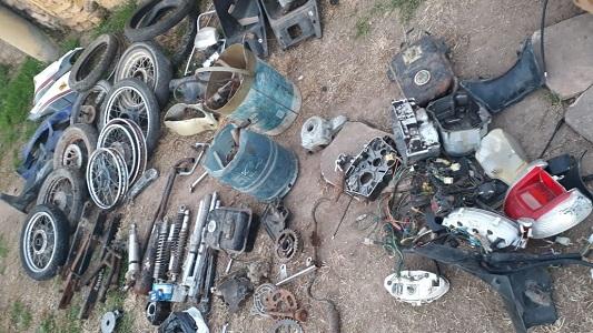 Había de todo: Allanan desarmadero de motos en Ticino buscando partes robadas