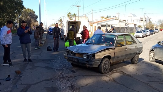 Fractura para la acompañante en choque de moto con auto en Villa Nueva