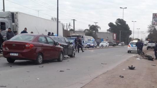 Motociclista con múltiples fracturas luego de chocar con dos autos