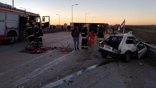 Vehículo impactó de frente contra un camión en autopista y hombre perdió la vida