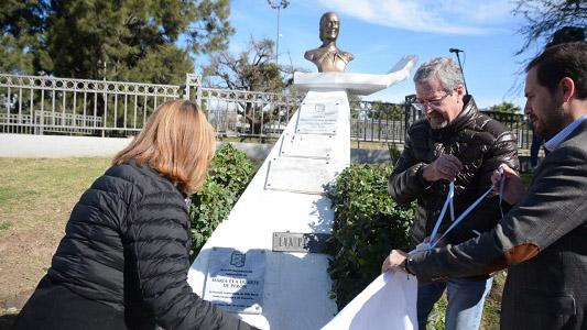 Junto a funcionarios de la Provincia, Gill homenajeó a Evita en su aniversario