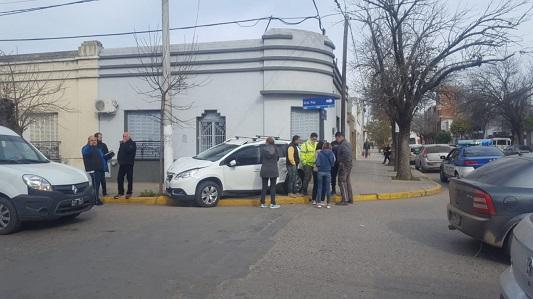 Choque en el centro: vehículo terminó arriba de la vereda