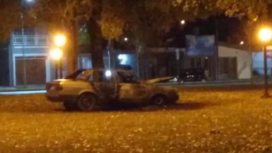 Se incendió por completo un auto en la plaza de un barrio