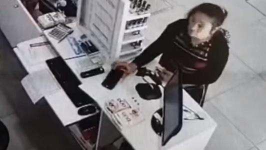 """Comercio escracha a """"clienta"""" que se llevó el celular de una empleada"""