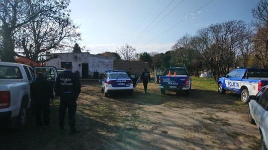 Herido de bala ingresó al Hospital y detuvieron a una pareja en un campo