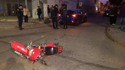 Grave lesión en el cráneo para joven motociclista en barrio Lamadrid