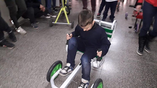 Diseñaron autitos que se adaptan para chicos que están internados