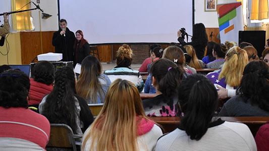 Gustavo Garzón visitó la cárcel de mujeres para mostrar su peli y contar su historia