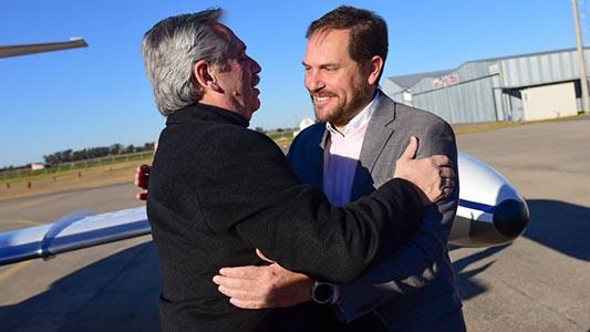 Fernández llegó a la ciudad y fue recibido por Gill: Visitará localidades de la región