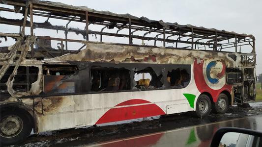 Se incendió por completo un colectivo que iba con pasajeros
