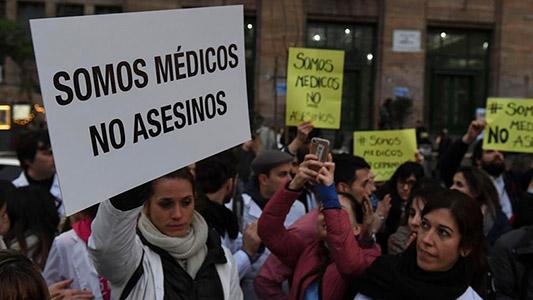 """""""No somos asesinos"""", dicen médicos locales que salen a defender su profesión"""