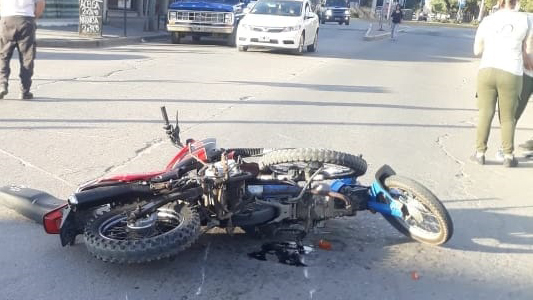 Corre riesgo la vida de un motociclista que chocó contra otro: Iban sin casco