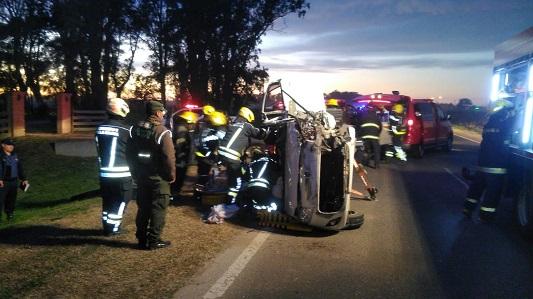 5 heridos en accidente entre auto y camión