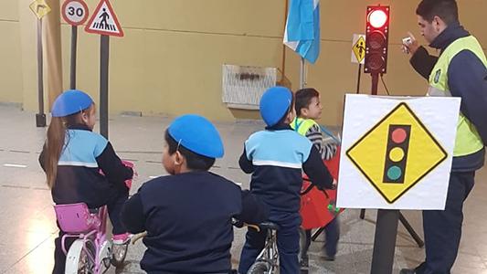 Para aprender desde chicos: Agentes de tránsito se suman a campaña vial en las escuelas