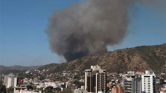 Aviones hidrantes y Bomberos sofocan voraz incendio en Carlos Paz