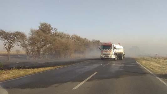 Corte total en ruta 9 por incendio: trabajan 4 dotaciones de bomberos
