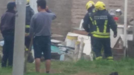 Incendio dentro de una propiedad junto a las vías en barrio La Calera