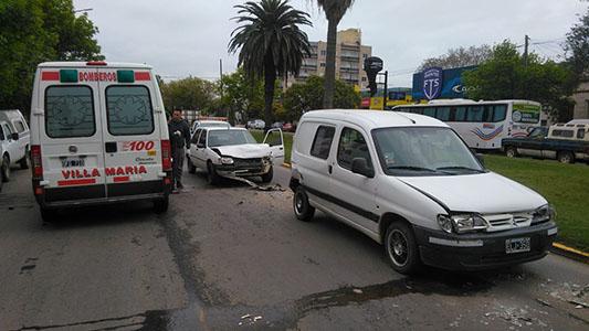 Accidente en cadena: Tres autos chocaron sobre el bulevar España