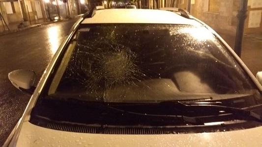 ¿Qué pasa en la calle Buenos Aires? El mismo día apedrearon otro auto para intentar robarle