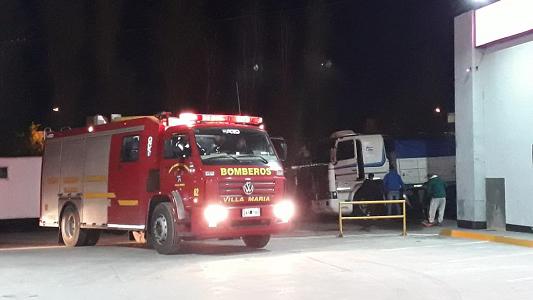 Principio de incendio en la cabina de un camión estacionado
