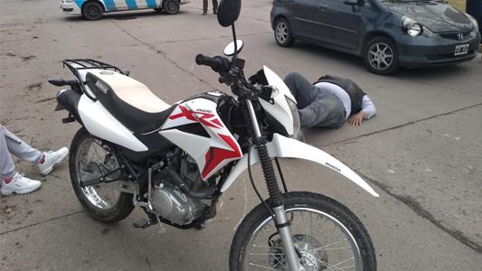 Octubre llegó accidentado: Motociclista chocó contra un auto en pleno bulevar