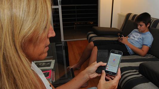 Adiós al cuaderno: Padres podrán chequear notas y asistencias desde una app