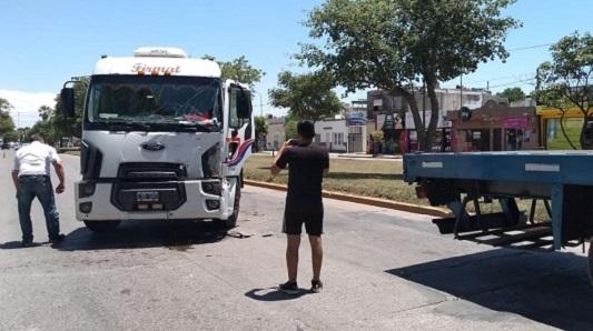 Chocaron dos camiones en bulevar Vélez Sársfield