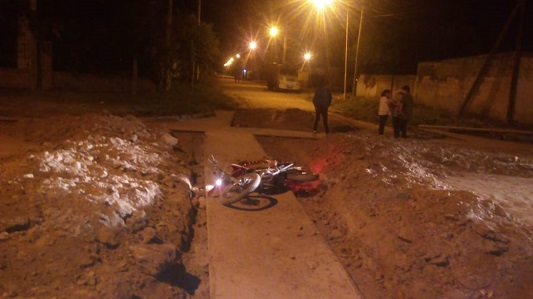 Accidente fatal en Villa Nueva: chocó contra montículo de obra en la calle