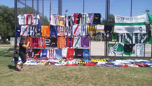 Pasión por el fútbol: Vecino expuso más de 260 camisetas de su colección en barrio La Calera