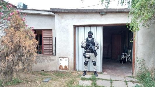 Los agarraron en la puerta: 3 detenidos con droga en barrio San Martín